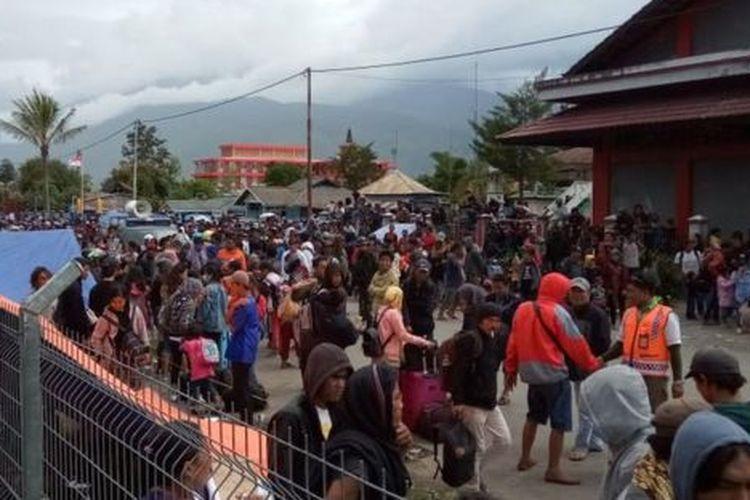 Sejak 23 September hingga Senin (30/09), TNI Angkatan Udara telah mengevakuasi 4.588 orang dari Wamena ke Jayapura menggunakan pesawat Hercules milik TNI AU.