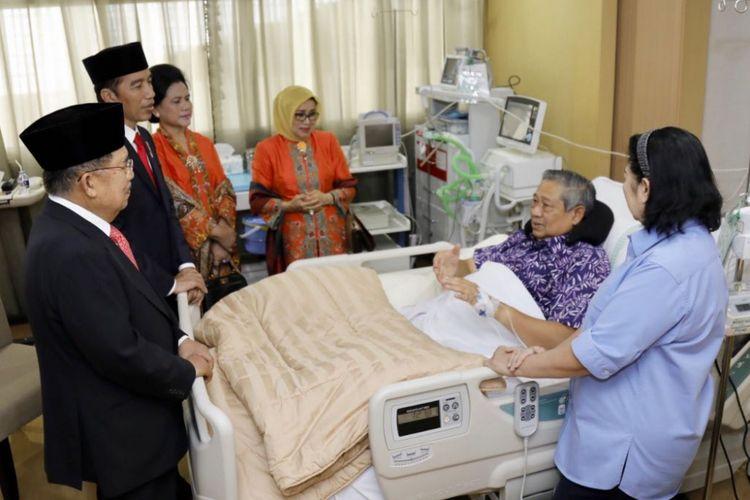Presiden Joko Widodo dan Wakil Presiden Jusuf Kalla menjenguk Ketua Umum Partai Demokrat Susilo Bambang Yudhoyono di Rumah Sakit Pusat Angkatan Darat (RSPAD) Gatot Subroto, Jakarta, Kamis (19/7/2018).