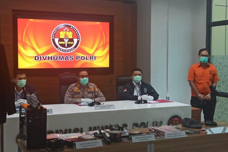Kasubdit II Direktorat Tindak Pidana Siber Bareskrim Polri Kombes Himawan Bayu Aji (paling kiri) dan tersangka AB di Gedung Bareskrim Polri, Jakarta Selatan, Senin (6/4/2020).