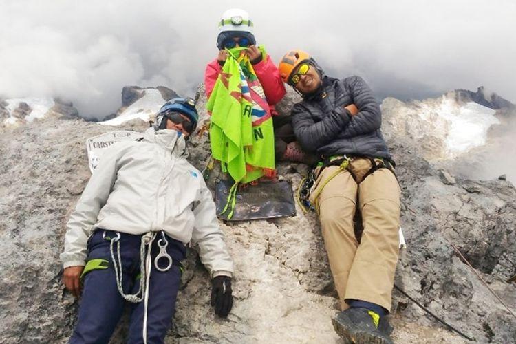 Tiga anggota pendaki asal Maluku Rosna Pesilett (tengah), Koko Handoko (kiri) dan Budi Herman (kanan) saat berada di atas puncak Cartnesz, Papua, 14 September 2019. foto dok Rosna Pesilette
