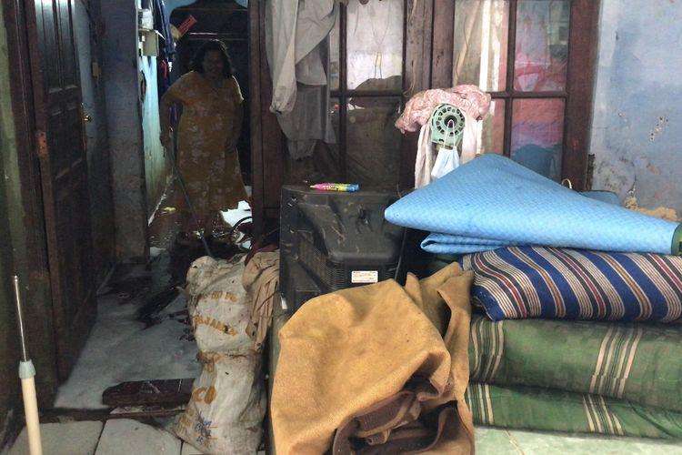 Sejumlah warga RT 08/RW 02 Jalan Mandala 2 Bawah mulai kembali ke rumah pasca-banjir pada Sabtu (21/2/2021).