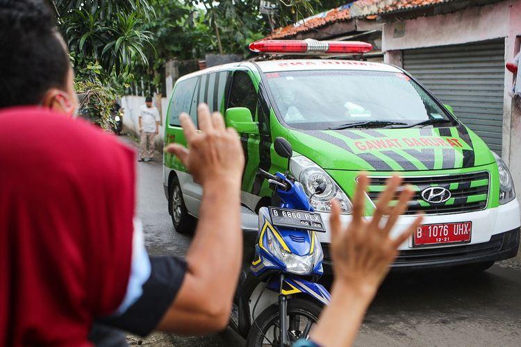 Sejumlah warga memberi semangat kepada seorang pasien yang terpapar COVID-19 saat dijemput oleh petugas kesehatan di Jakarta, Minggu (13/12/2020). Berdasarkan data dari Satgas Penanganan COVID-19 hingga Minggu (13/12) pukul 12.00 WIB di Indonesia tercatat ada penambahan kasus positif COVID-19 sebanyak 6.189 orang sehingga total mencapai 617.820 orang sedangkan pasien sembuh bertambah 4.460 orang menjadi 505.836 orang. ANTARA FOTO/Fauzan/wsj.