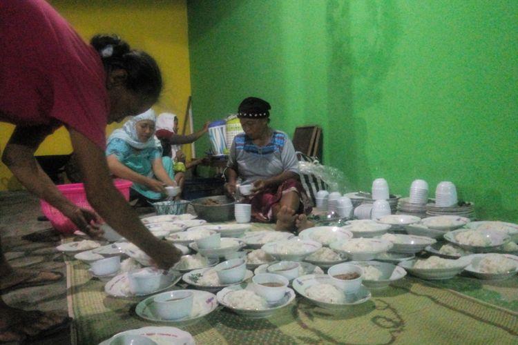 Warga Menyiapkan nasi dengan Lauk Tongseng di Masjid Al-Fath Dusun Kedondong, Desa Sumbermulyo, Kecamatan Bambanglipuro, Bantul, Jumat 26/5/2017 Malam