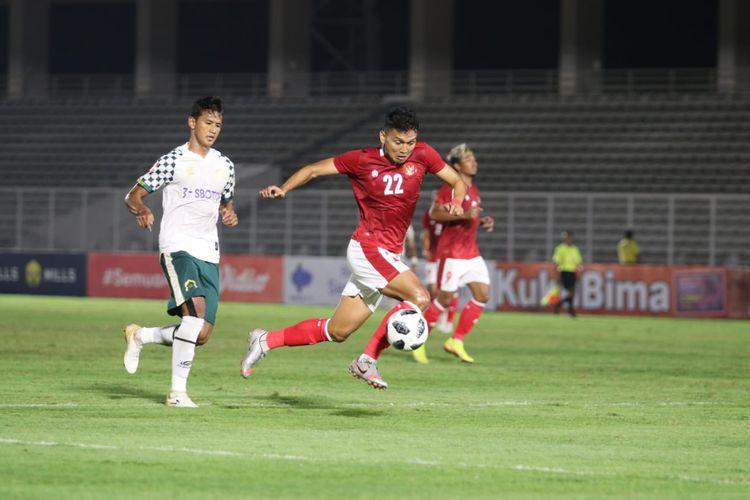 Pemain timnas U23 Indonesia, Dendy Sulistyawan, beraksi pada laga uji coba melawan Tira Persikabo di Stadion Madya, Senayan, Jakarta, Jumat (5/3/2021) malam WIB.