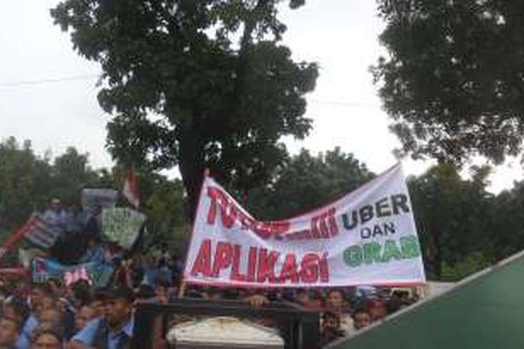 Unjuk rasa yang dilakukan ribuan sopir angkutan, mayoritas sopir taksi, di Balai Kota DKI Jakarta, Senin (14/3/2016). Mereka menuntut agar pemerintah menertibkan angkutan pelat hitam yang difasilitasi perusahaan penyedia aplikasi.