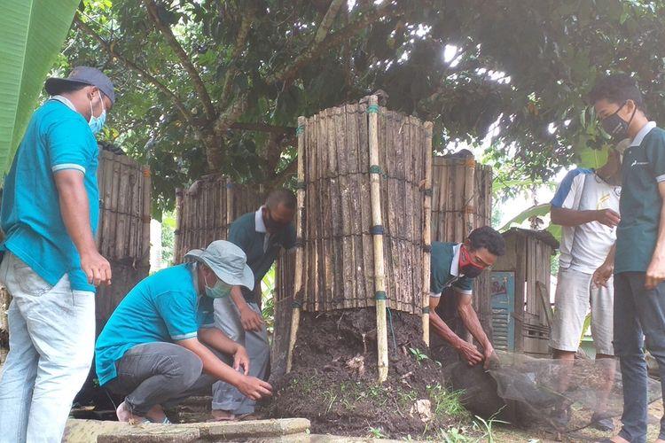 Kelompok Tani Maju Bersama saat akan melakukan panen cacing merah dari reaktor yang mereka buat sebagai usaha membangkitkan ekonomi di tengah pandemi Covid-19 di Desa Rejosari, Kecamatan Lirik, Kabupaten Indragiri Hulu, Riau, Sabtu (24/10/2020).