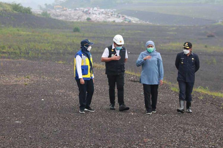 Gubernur Jawa Timur Khofifah Indar Parawansa (dua dari kanan) didampingi Wali Kota Malang Sutiaji saat meninjau TPA Supit Urang Kota Malang, Selasa (16/3/2021).