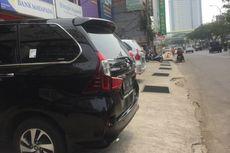 Jangan Sembarang Parkir Mobil di Trotoar