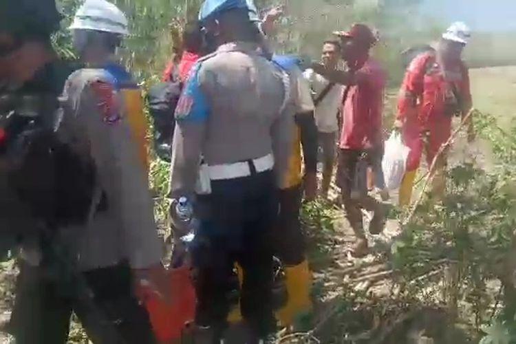 Foto : Masyarakat adat bersitegang dengan petugas dan aparat keamanan di lokasi, Rabu (23/9/2021) siang.