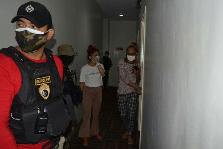 Satuan Polisi Pamong Praja (Satpol PP) Kota Tangerang Selatan menggelar razia pada tiga hotel berbeda  di Kawasan Serpong, Tangerang Selatan pada Jumat (25/9/2020). Setidaknya, ada 17 pasangan di luar nikah yang berada di dalam satu kamar diamankan petugas. Satu di antaranya kakek bersama wanita berusia 22 tahun.