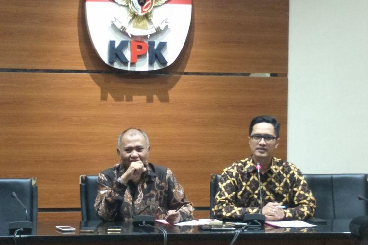 Ketua KPK Agus Rahardjo dan juru bicara KPK Febri Diansyah saat memberikan keterangan pers penetapan Irvanto Hendra Pambudi Cahyo dan Made Oka Masagung sebagai tersangka kasus korupsi pengadaan e-KTP, di Gedung KPK, Kuningan, Jakarta Selatan, Rabu (28/2/2018).