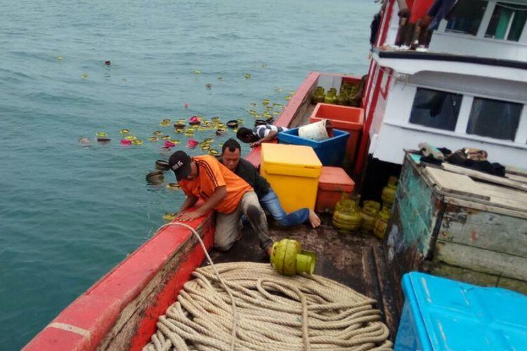 Kapal nelayan dikerahkan untuk mengumpulkan seratusan tabung gas yang berserakan di lautan karena kapal pengangkut tabung gas ini tenggelam di perairan Lampulo Banda Aceh. Dua awak kapal pengangkut gas berhasil selamat dalam insden tenggelam kapal tersebut.