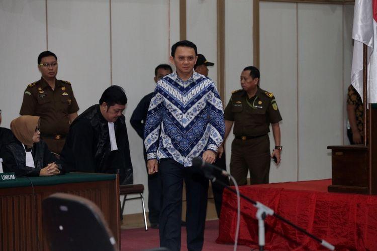 Terdakwa kasus dugaan penodaan agama, Basuki Tjahaja Purnama atau Ahok mengikuti sidang pembacaan putusan di Pengadilan Negeri Jakarta Utara di Auditorium Kementerian Pertanian, Jakarta Selatan, Selasa (9/5/2017). Majelis hakim menjatuhkan hukuman pidana 2 tahun penjara. Basuki Tjahaja Purnama dan kuasa hukumnya menyatakan banding.