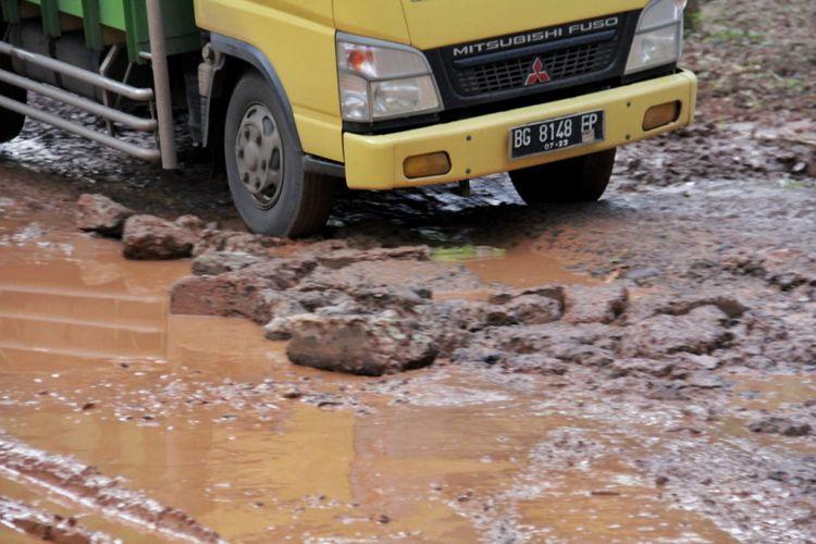Direktorat Jenderal Bina Marga mendatangi lokasi jalan rusak yang viral di media sosial lantaran dijadikan tempat objek foto model di Kecamatan Batumarta, Kabupaten Ogan Komering Ulu (OKU), Sumatera Selatan, Senin (4/3/2019).