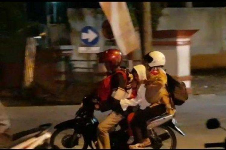 Pemudik dengan sepeda motor menempuh jarak hingga 400 kilometer dari Comal Pemalang, Jawa Tengah, ke Gubeng Surabaya, Jawa Timur, dengan sepeda motor tua bersama istri dan ketiga anaknya.