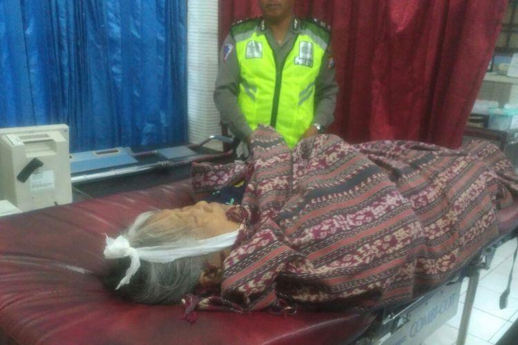 Jenazah nenek Asiah (73), warga Desa Pule, Kecamatan Paron, Kabupaten Ngawi, yang ditemukan meninggal di Wisma Baventa Pondok Pesantren Gontor Putri I seusai menjenguk cucunya, Minggu (18/3/2018).