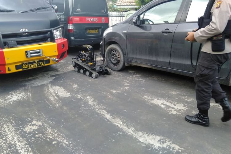 Tim gegana Brimob Polda Sumsel sedang melakukan pemeriksaan tas yang dikira berisi bom di salah satu rumah warga di Jalan Sederhana, Kelurahan Talang Aman, Kecamatan Kemuning, Palembang, Senin (9/12/2019). Setelah diledakkan, tas tersebut hanya berisi pipa dan kabel.