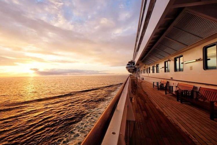 Salah satu sisi dari kapal pesiar Crystal Cruises