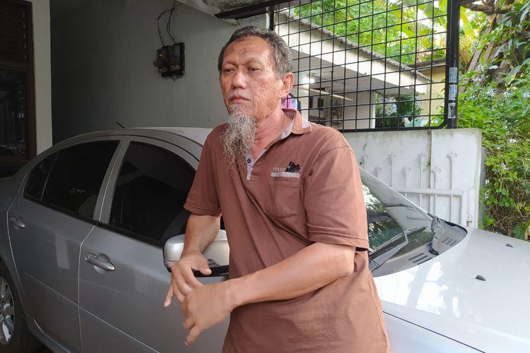 Asrul Burhan (Ruli) saat menceritakan alasan penutupan total akses rumah milik keluarga Munir, salah satu warga Tajur, Ciledug, Kota Tangerang, Banten, pada Minggu (14/3/2021).