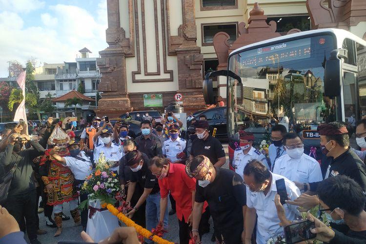 Gubernur Bali I Wayan Koster (Baju merah) saat peluncuran Teman Bus di halaman Pasar Badung, Denpasar, pada Senin (07/09/2020)