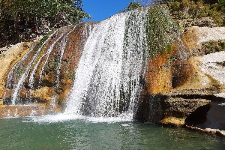 Salah satu air terjun dengan kolam pemandian yang alami di tempat wisata Air Terjun Tanggedu.