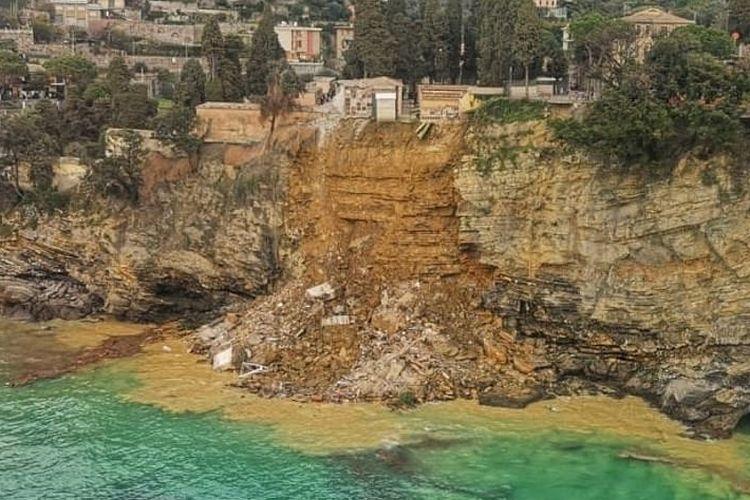 Puluhan peti mati mengapung ke Mediterania, dan banyak lainnya dikhawatirkan terkubur di bawah reruntuhan, tanah longsor terjadi di Camogli, Italia pada Senin (22/2/2021).