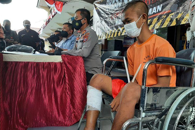 Tersangka RMD (21) warga Kabupaten Klaten, Jawa Tengah saat dihadirkan dalam jumpa pers di Mapolres Sleman.