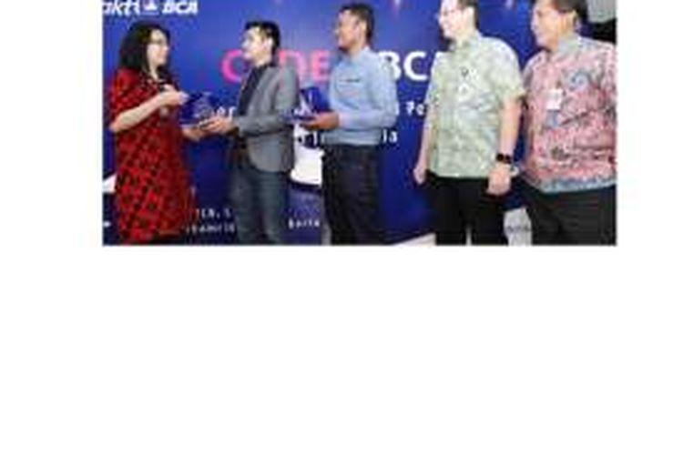Sekretaris Perusahaan BCA Inge Setiawati (kiri) menyerahkan plakat sebagai ungkapan terima kasih kepada Business Development RuangGuru.com Maulana Muhammad (kedua kiri) dan Director & Founder Kelase Winastawan Gora Swajati (tengah) disaksikan Kepala Divisi Logistik BCA Sugito Lie (kedua kanan) Head of CSR BCA Sapto Rachmadi (kanan) setelah talkshow yang mengangkat tema
