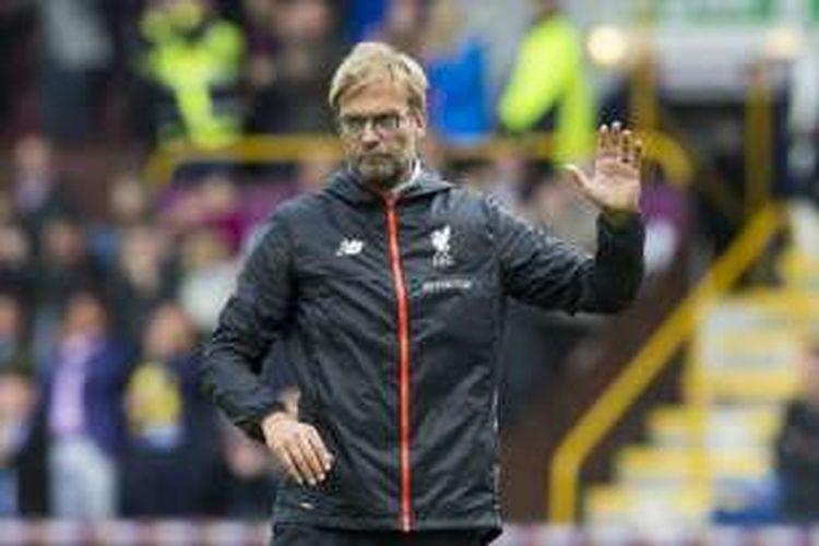 Manajer Liverpool, Juergen Klopp, melambaikan tangan ke arah suporter seusai laga Premier League kontra Burnley di Stadion Turf Moor, Sabtu (20/8/2016).