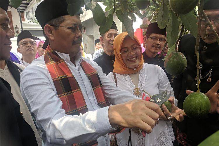 Walikota Jakarta Selatan, Marullah Matali, nyengget buah Alpukat