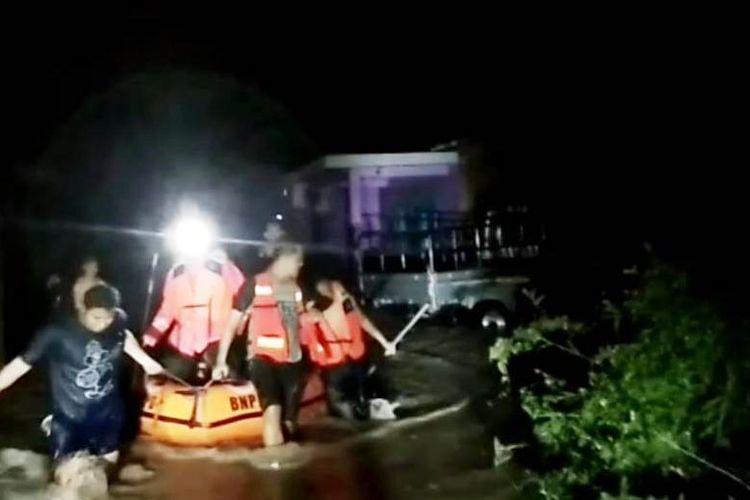 Foto: Petugas BPBD Pematangsiantar mengevakuasi korban banjir di Kelurahan Tanjung Tongah Kecamatan Siantar Martoba, Kota Pematangsiantar, Sabtu (11/7/2020).