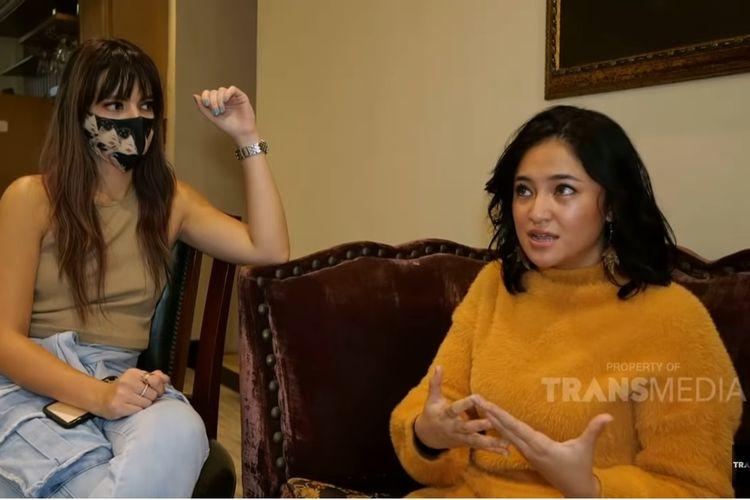 Artis Nia Ramadhani (kiri) dan Marshanda berbincang di program Nyonya Boss di TransTV.