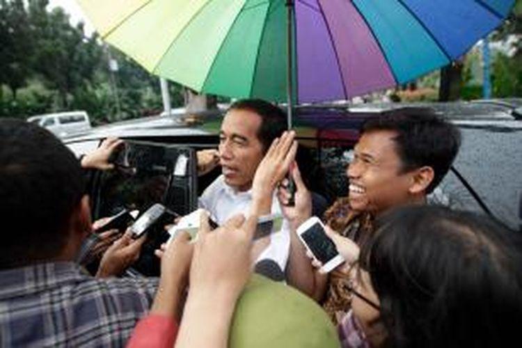 Gubernur DKI Jakarta Joko Widodo atau Jokowi, memberikan keterangan kepada wartawan di Balaikota Jakarta, Senin (17/3/2014). Jokowi masih menjalani fungsinya sebagai gubernur setelah diberi mandat menjadi calon presiden oleh Ketua Umum Partai Demokrasi Indonesia Perjuangan, Megawati Soekarnoputri. KOMPAS IMAGES/RODERICK ADRIAN MOZES