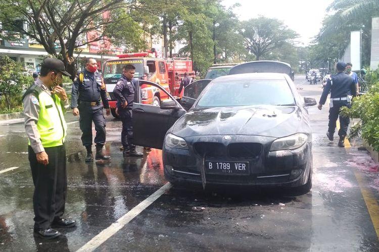 Mobil BMW terbakar di Jalan Boulevard Selatan Kawasan Summarecon Bekasi, Kelurahan Marga Mulya, Kecamatan Bekasi Utara, Kamis (6/8/2020).