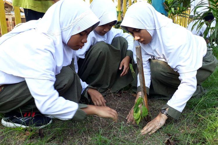 Sejumlah siswa SMA Negeri 2 Limboto kabupaten Gorontalo menanam pohon buah di halaman sekolah. Mereka memperingati Hari Pohon Sedunia bersama Perkumpulan BIOTA Gorontalo.