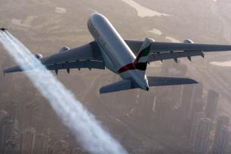 Dua orang pilot Jetpack terbang berdampingan dengan sebuah pesawat Superjumbo Airbus A380 dalam sebuah video promosi.