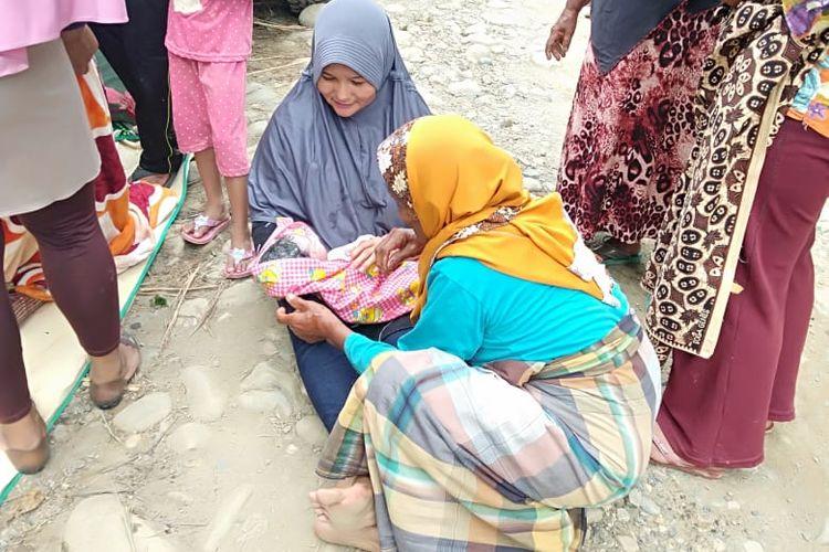 Suasana saat bayi yang baru lahir ditengah jalan pedalaman Samar Kilang, Kabupaten Bener Meriah, Aceh, Kamis (29/10/2020).