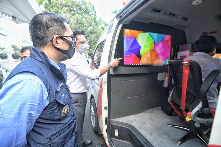 Ketua Gugus Tugas Percepatan Penanggulangan COVID-19 Jawa Barat (Jabar) Ridwan Kamil meninjau Mobile Combat COVID-19 dari PT Aria Puspa Nusantara sebagai distributor tunggal fasilitas tes metode Polymerase Chain Reaction (PCR) mobile di Jabar, di Gedung Pakuan, Kota Bandung, Selasa (23/6/20).