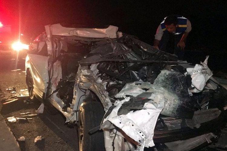 Seorang petugas saat menangani sebuah kendaraan yang terlibat kecelakaan lalu lintas beruntun di Jalan Tol Solo-Semarang tepatnya jalur A Kilometer 485 Desa Mojolegi Kecamatan Teras Kabupaten Boyolali, Jawa Tengah, Selasa (8/9/2020).