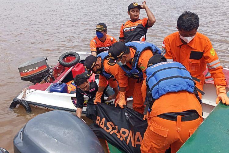 Satu dari dua korban terceburnya truk di Sungai Barito, Banjarmasin, Kalsel, ditemukan dalam kondisi meninggal, Senin (13/9/2021).