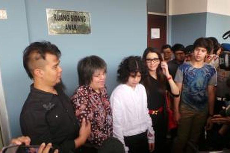 Ahmad Dhani; pengacara Lydia Wongsonegoro, yang menjadi kuasa hukum AQJ atau Dul; Dul; Maia Estianty; dan El Jalaluddin Rumi (dari kiri ke kanan) serta Ahmad Al Gazali (di belakang El) diwawancara oleh para peliput di Pengadilan Negeri Jakarta Timur, Rabu (16/7/2014).