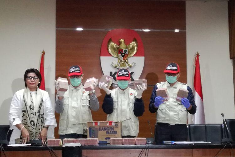 Tim penindakan KPK menunjukkan barang bukti yang disita KPK dalam operasi tangkap tangan (OTT) terhadap Bupati Mesuji Khamami. Khamami diduga menerima fee sekitar Rp 1,28 miliar dari pengusaha bernama Sibron Azis melalui beberapa perantara.