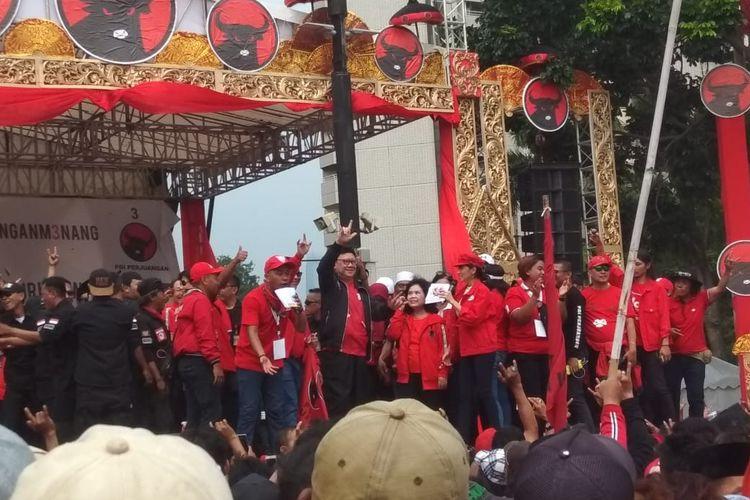 Politisi Partai Demokrasi Indonesia Perjuangan (PDI-P) Tjahjo Kumolo saat acara kampanye akbar PDI-P di Parkir Timur Senayan, Jakarta Pusat, Minggu (31/3/2019).