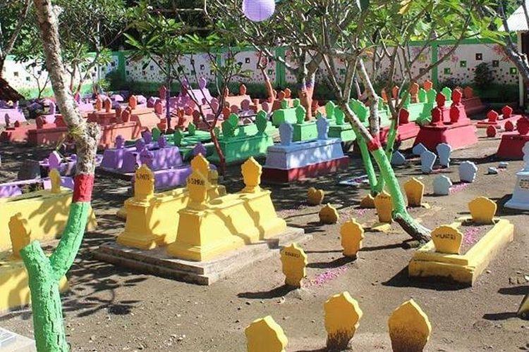 Makam RW 05 atau disebut Makam Nguwot di Kecamatan Kartoharjo, Kelurahan Tawangrejo, Madiun ini dicat warna-warni.