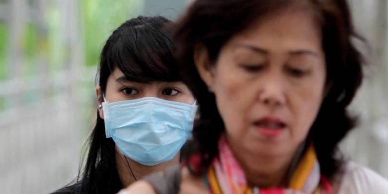 Warga menggunakan masker ketika beraktifitas di sekitar Bundaran Hotel Indonesia, Jakarta Pusat, Kamis (11/4/2013).