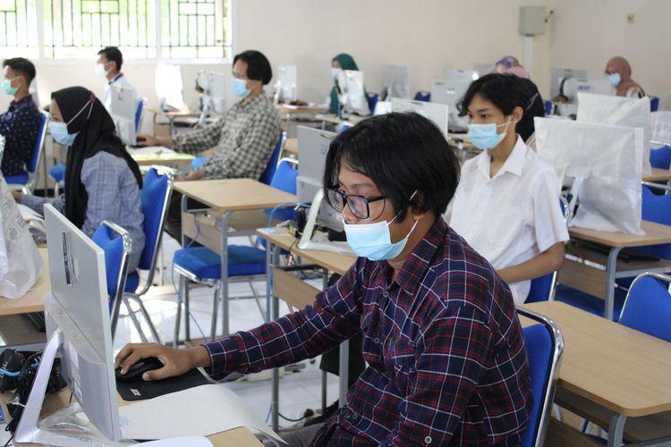 Pelaksanaan  UTBK SBMPTN di Universitas Jember  menerapkan protokol kesehatan pencegahan Covid-19 pada Senin (11/4/2021)
