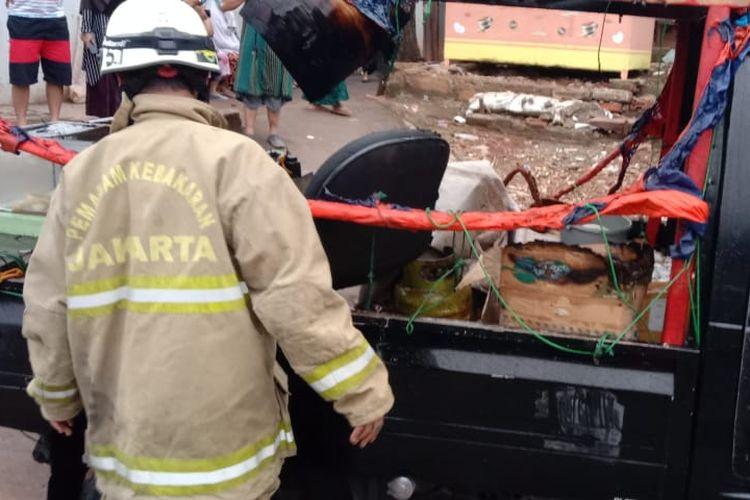 Pikap pedagang tahu bulat yang nyaris terbakar akibat kebocoran gas saat memasak.