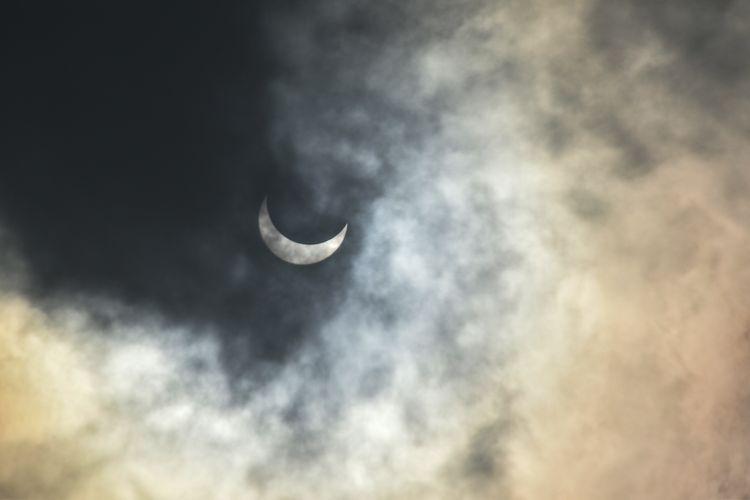 Siswa sekolah dasar tengah mengamati gerhana matahari cincin dengan menggunakan kacamata matahari guna melindungi mata dari cahaya matahari secara langsung, Kamis (26/12/2019).