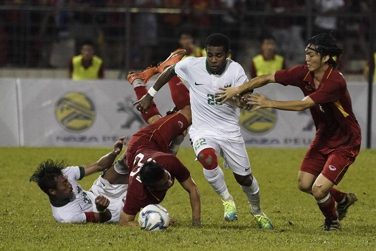 Pemain Timnas Indonesia U-22 Yabes Roni (kedua kanan) berebut bola dengan pemain Timnas Vietnam U-22 Nguyen Tuan Anh (kanan) dalam babak penyisihan grup B SEA Games XXIX Kuala Lumpur di Stadion Majlis Perbandaran Selayang, Malaysia, Selasa (22/8/2017). Bermain dengan 10 orang setelah Hanif Sjahbandi diusir wasit pada menit ke-63, Indonesia menahan imbang Vietnam dengan skor 0-0.