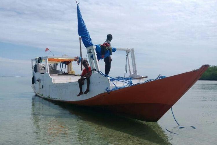 KM Beringin Jaya bersama 5 orang kru kapal berhasil dievakuasi ke Desa Kokar, Alor Barat Laut, Nusa Tenggara Timur, Senin (24/2/2020).